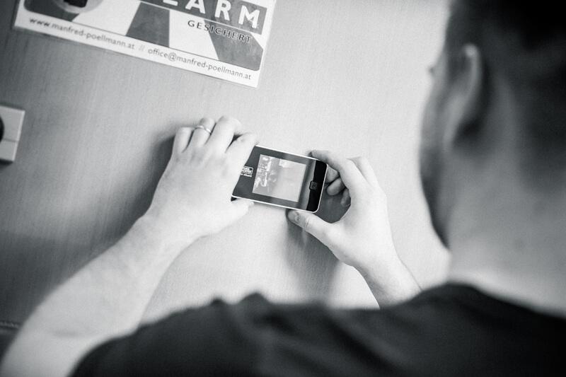 Innenansicht: Montagebeispiel eines digitalen Türspions